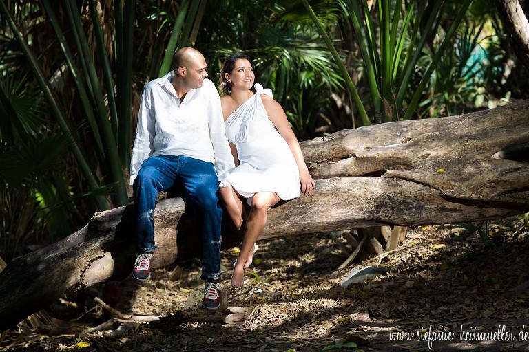 Engagementshooting zu einer Destination Hochzeit in Playa del Carmen. Paarfotos am Strand.
