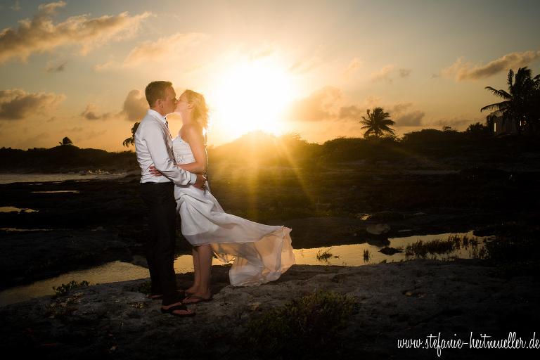 Hochzeitsfotos am Strand in der Karibik bei einem wunderschönen Sonnenuntergang.