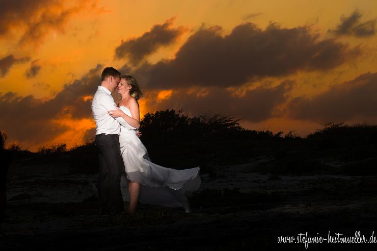 Trass the Dress und After Wedding Shooting, Hochzeitsfotos am Strand während des Sonnenuntergangs.