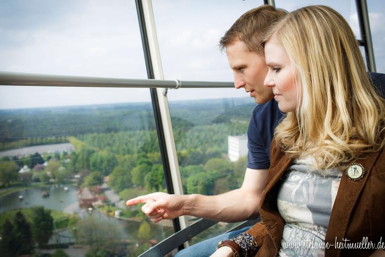 Paarfoto im Turm mit Blick auf den Heide-Park Soltau.