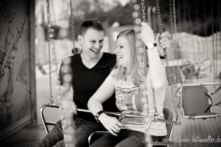 Paarfoto in einem Kettenkarussell in Soltau.