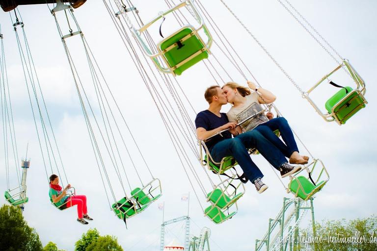 Paarfoto bei einem Engagementshooting im Kettenkarussell in Soltau.