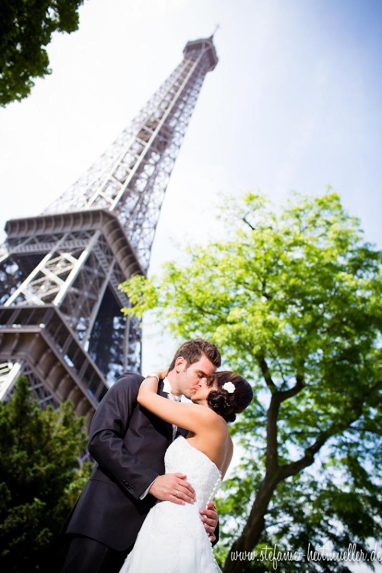 Paar bei einem Hochzeitsfoto vorm Eiffelturm in Paris