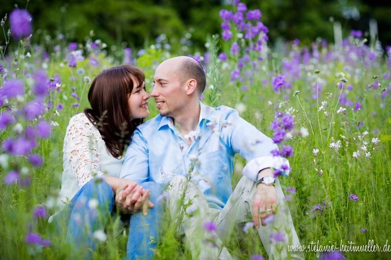 Paarfotos auf einer lila Sommerwiese in Hannover