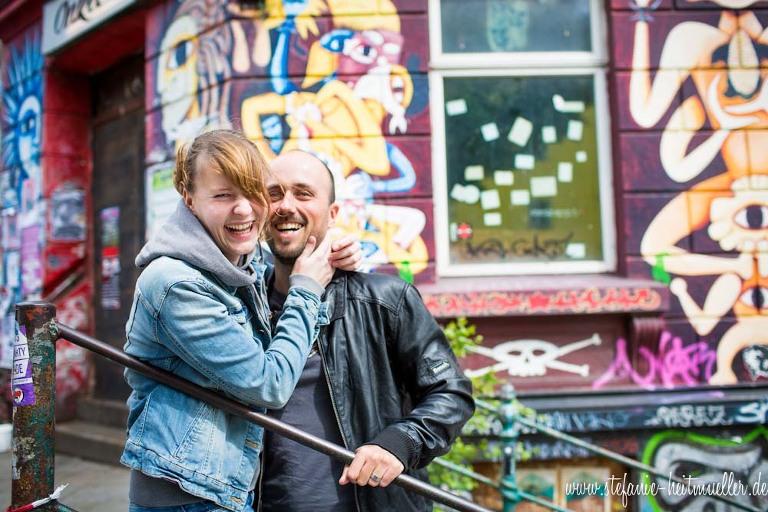 Paarfotos vor einem bunten Haus in St. Pauli Hamburg