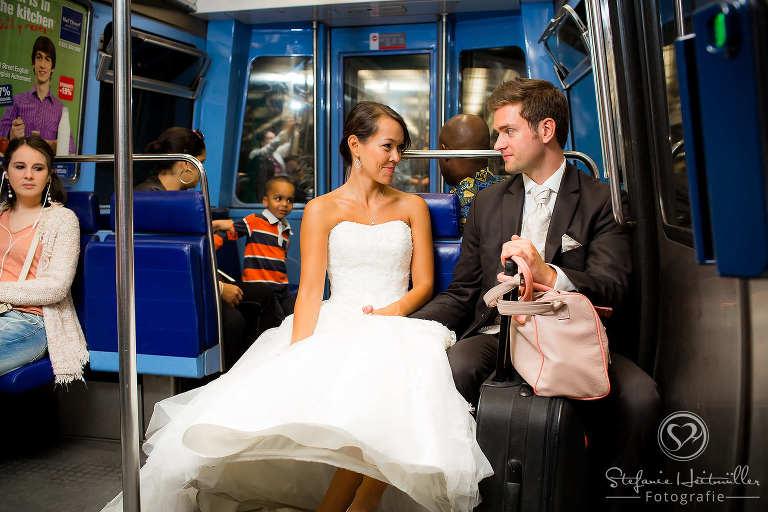 Ein Brautpaar fährt in der Metro in Paris