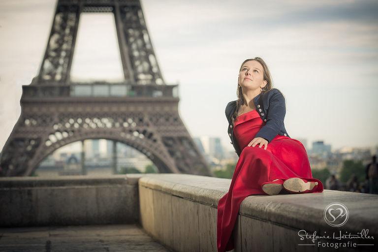 Portraitfotos vor dem Eiffelturm in Paris