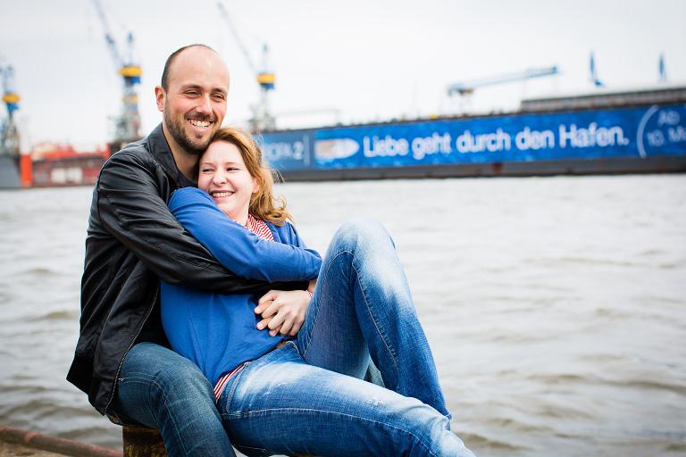 Moderne authentische Paarfotos in Hamburg - Hauptsache Spaß haben.
