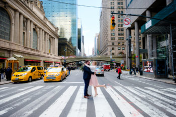 Hochzeitsfotos vor der Grand Central Station in New York Elopement deutschsprachiger Fotograf
