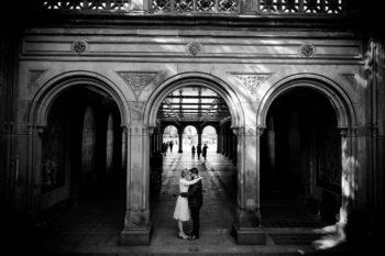 Hochzeitsfotograf New York Brautpaar macht Hochzeitsfotos im Central Park an der Bethesda Terrace and Fountain