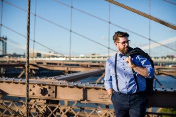 Hochzeitsfotograf New York Bräutigam auf der Brooklyn Bridge