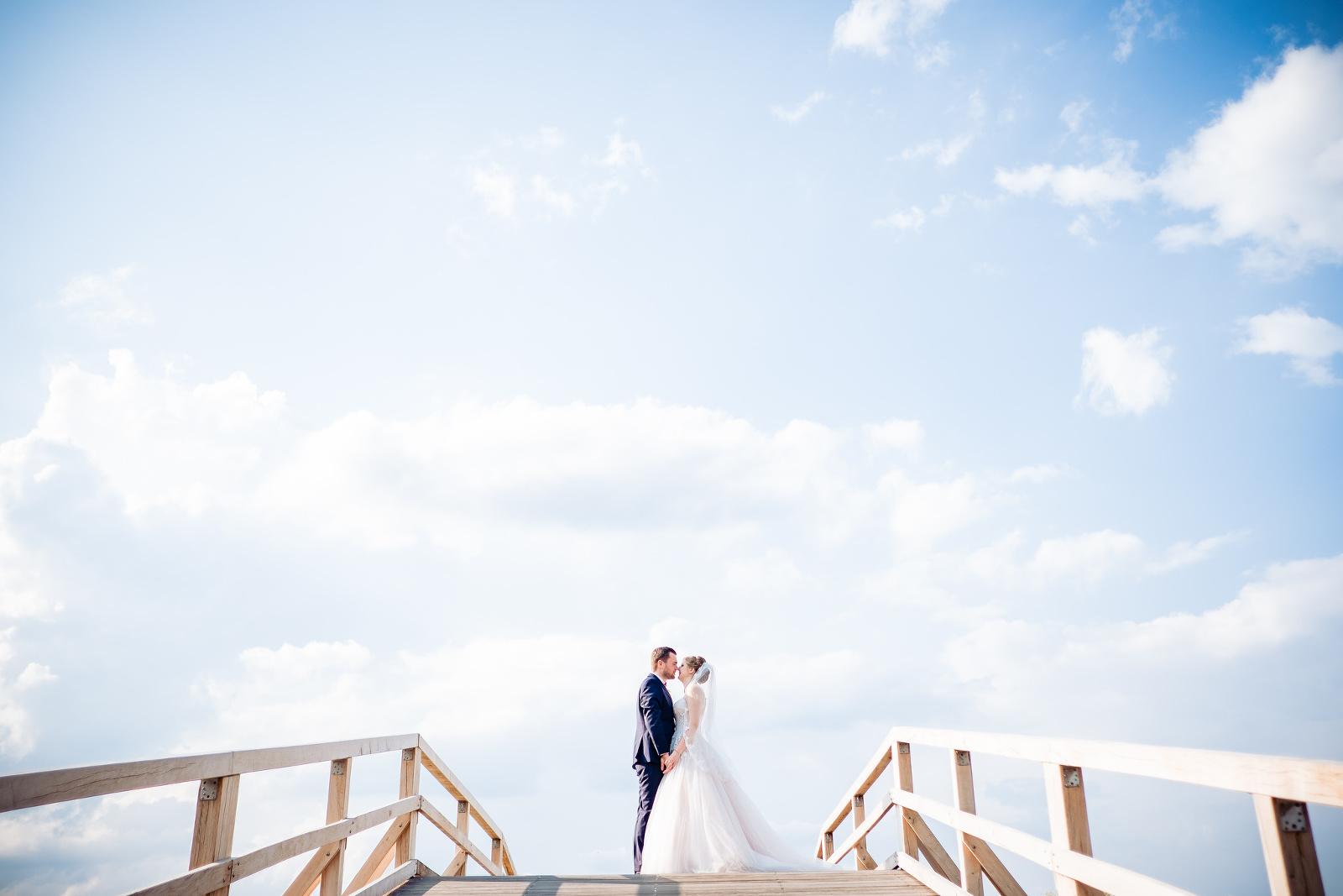 Hochzeitspaar vor blauem Himmel auf Fehmarn