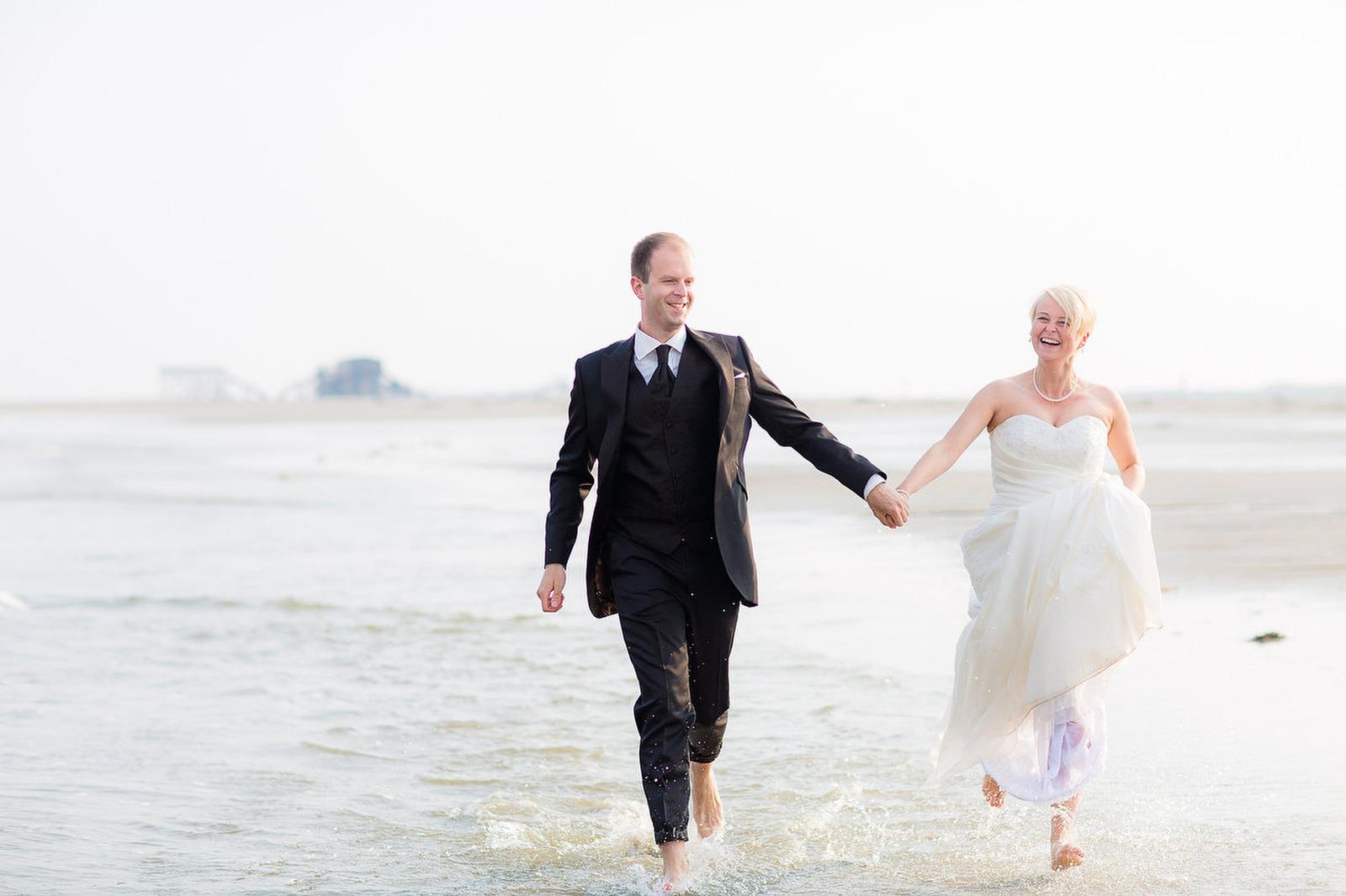 Als Hochzeitsfotograf Fehmarn für Fotos am Strand unterwegs
